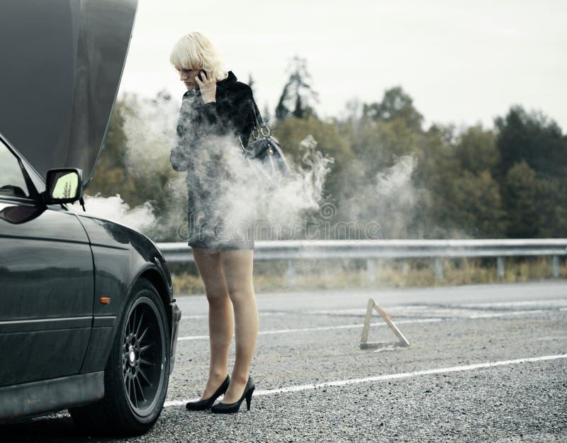 Femme près de véhicule image libre de droits