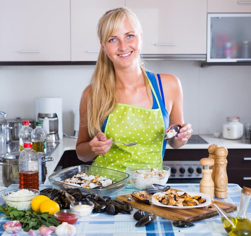 Femme préparant des moules avec du riz images libres de droits