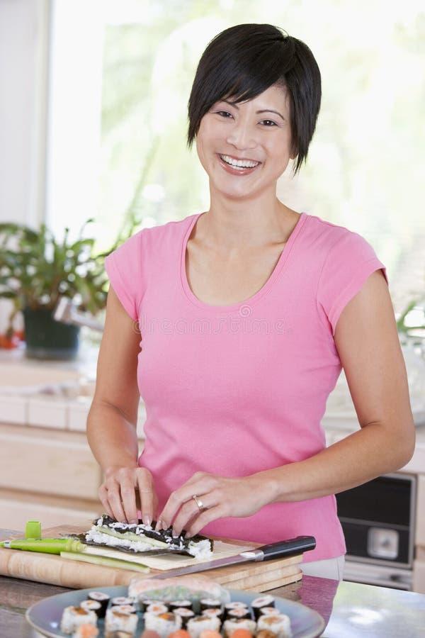 Femme préparant des sushi images libres de droits
