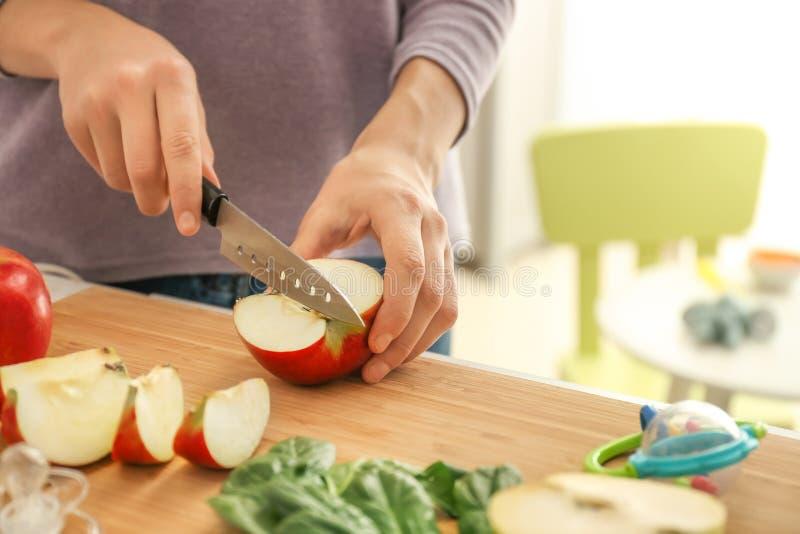 Femme préparant l'aliment pour bébé sain dans la cuisine images libres de droits