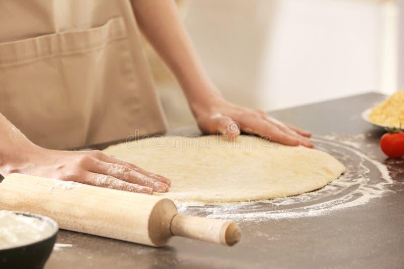 Femme préparant la pizza photos stock