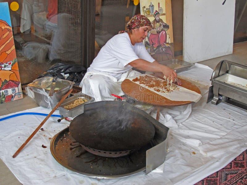 Femme préparant la pizza turque photographie stock libre de droits