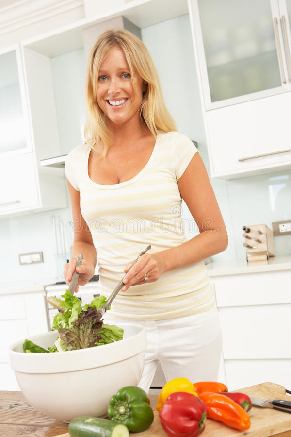 Femme Préparant La Salade Dans La Cuisine Moderne Photos libres de droits