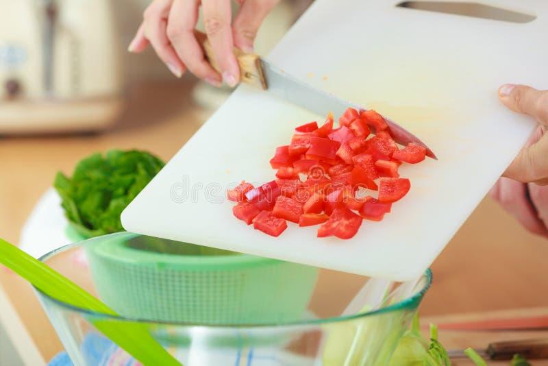 Download Femme Préparant La Salade De Légumes Coupant En Tranches Le Poivron Rouge Photo stock - Image du perte, sliced: 87705340