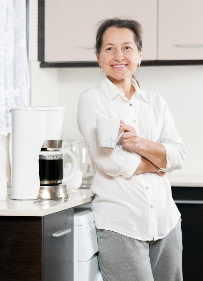 Femme préparant le café image libre de droits