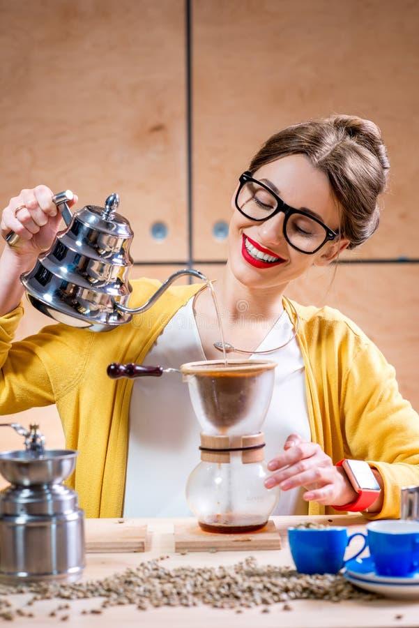 Femme préparant le café alternatif image libre de droits