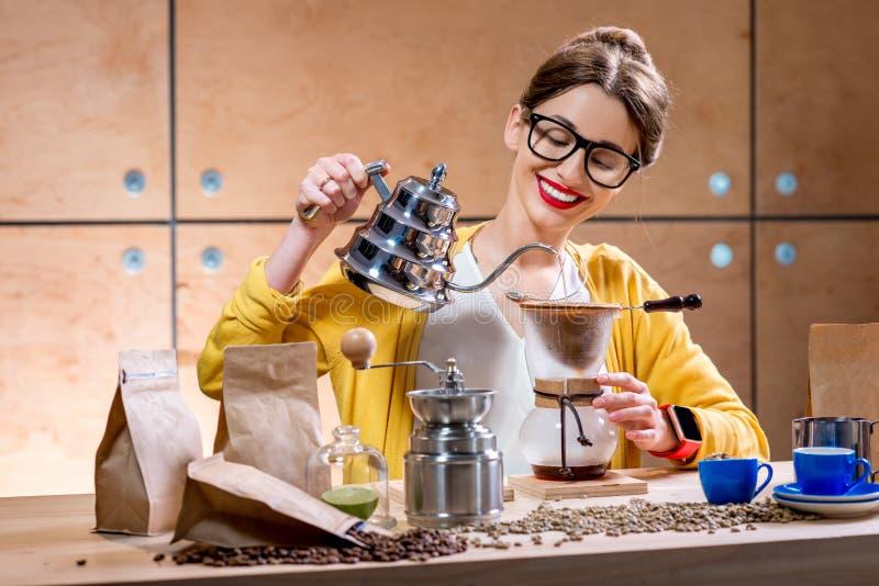 Femme préparant le café alternatif image stock