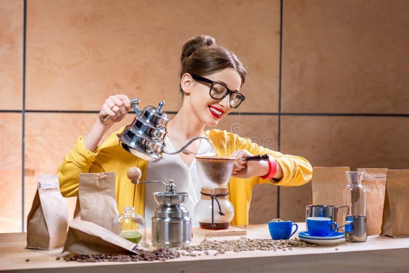 Femme préparant le café alternatif photographie stock