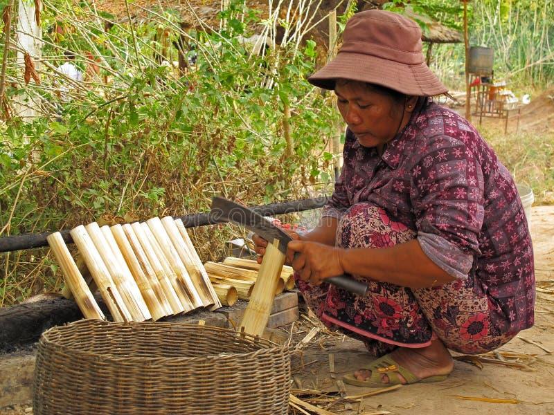 Femme préparant le riz collant images libres de droits