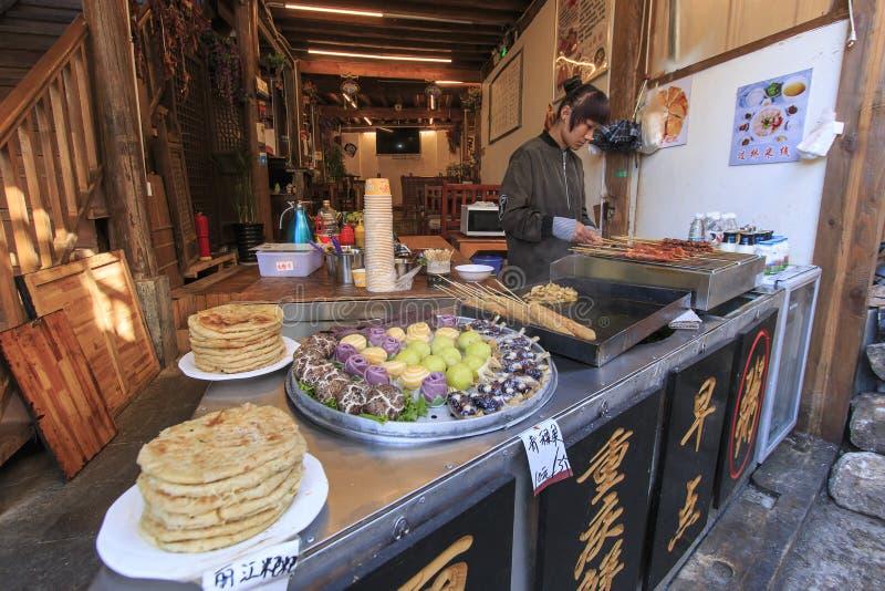 Femme préparant quelques snaks de chinois traditionnel dans la vieille ville de Lijiang photos libres de droits