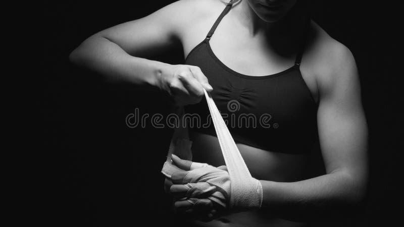 Femme préparant ses mains pour le combat photos stock