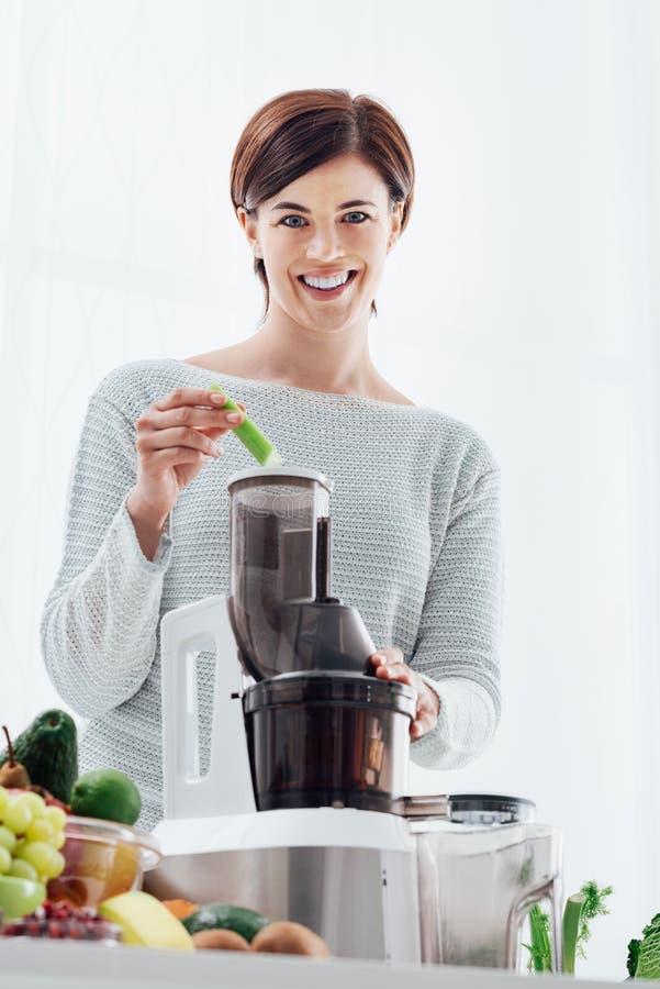Femme préparant une boisson de detox image stock