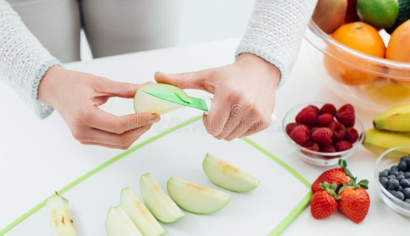 Femme préparant une pomme image libre de droits