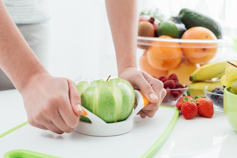 Femme préparant une pomme photo stock