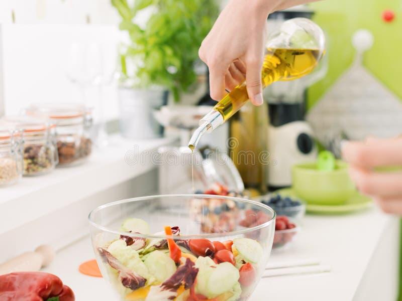 Femme préparant une salade saine fraîche photo stock
