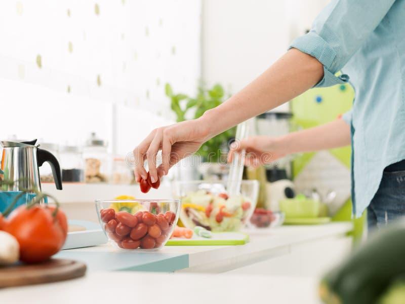 Femme préparant une salade saine fraîche photographie stock libre de droits