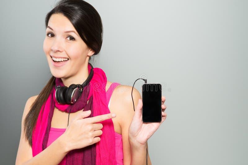 Femme présent un dispositif de stockage de musique images stock