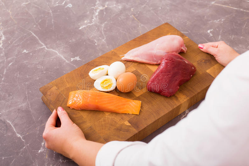 Femme prête à préparer le dîner nutritif images stock