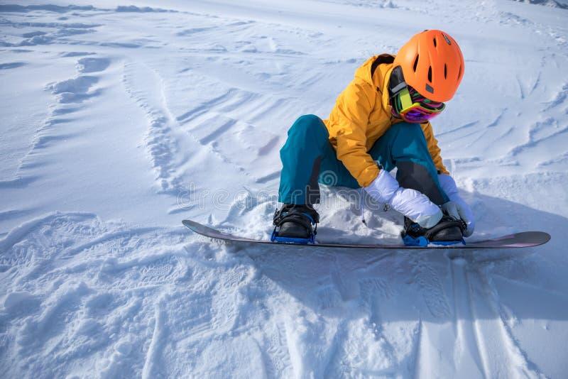 femme prête pour faire du surf des neiges en montagnes d'hiver images libres de droits