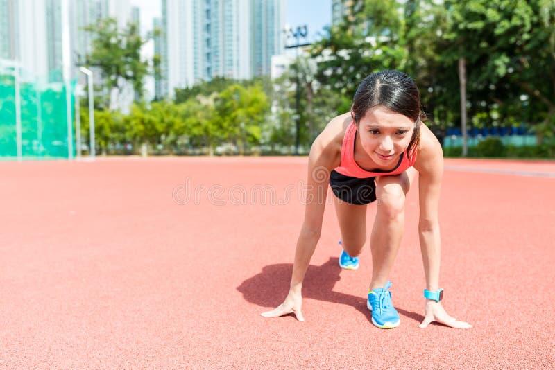 Femme prête pour la course photo stock