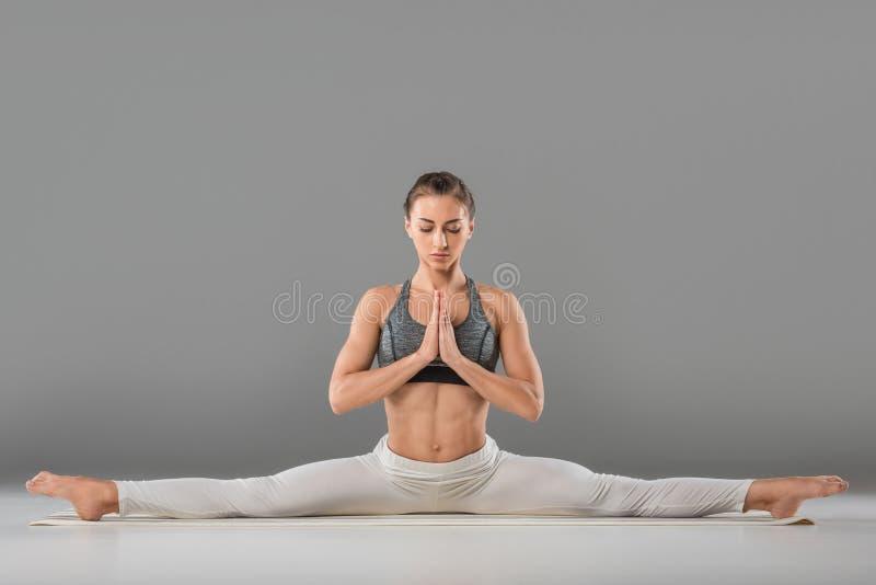 femme pratiquant la courbure en avant posée grande-angulaire photos libres de droits