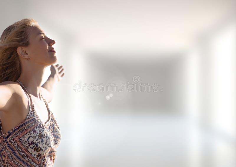 Femme pratiquant le Mindfulness occasionnel devant le fond brouillé photos stock