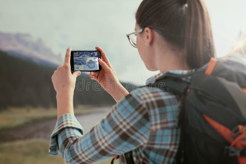 Femme prenant à photos de nature avec elle le téléphone images stock