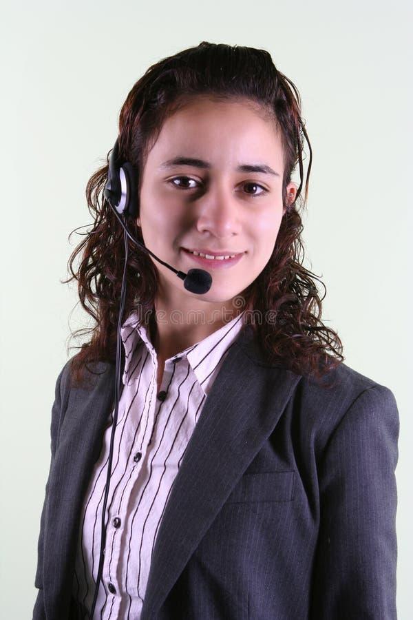 Femme prenant des appels téléphoniques images stock