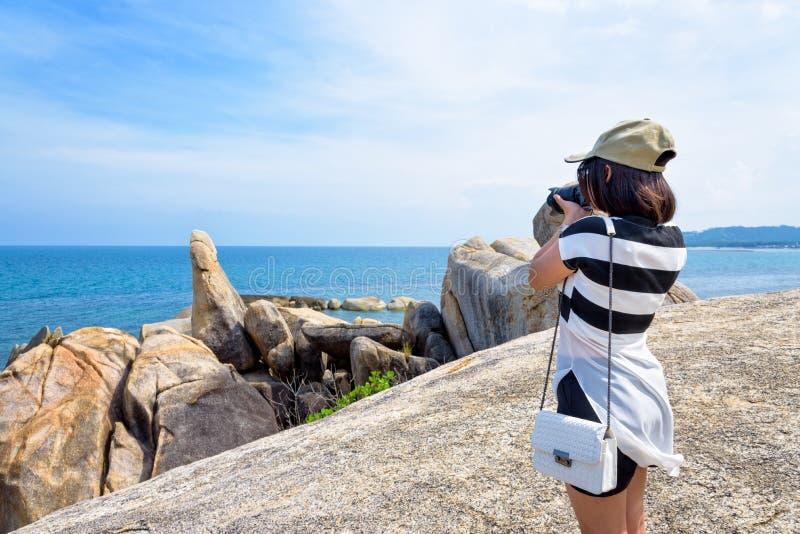 Femme prenant des photos chez le Hin merci Hin Yai photographie stock libre de droits