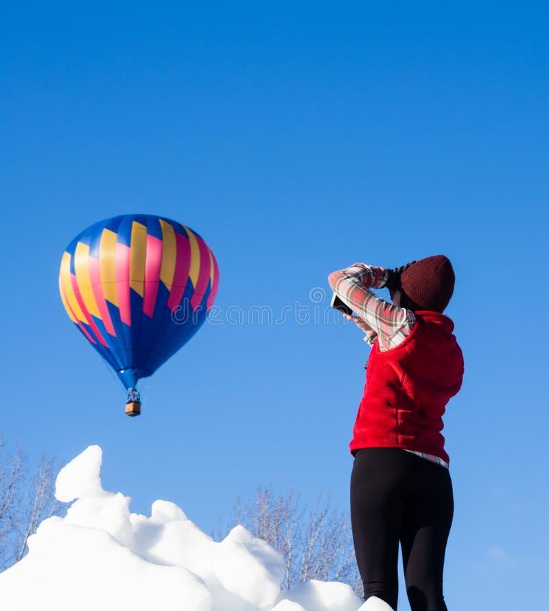 Femme prenant des photos du ballon à air chaud décollant au festival de ballon de Winthrop image libre de droits