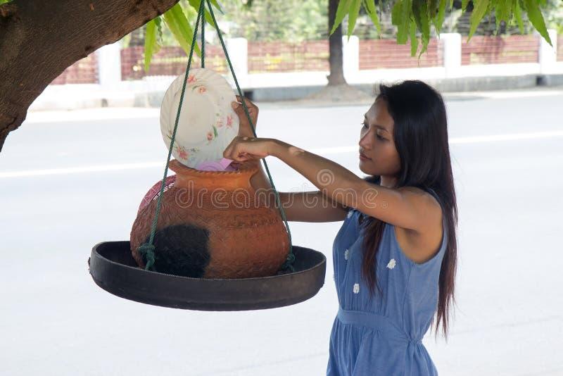 Femme prenant l'eau image stock