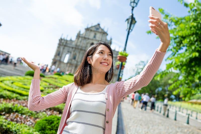 Femme prenant l'image d'individu avec la cathédrale de St Paul dans Macao images libres de droits