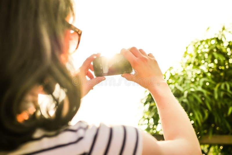 Femme prenant l'instantané photographie stock libre de droits