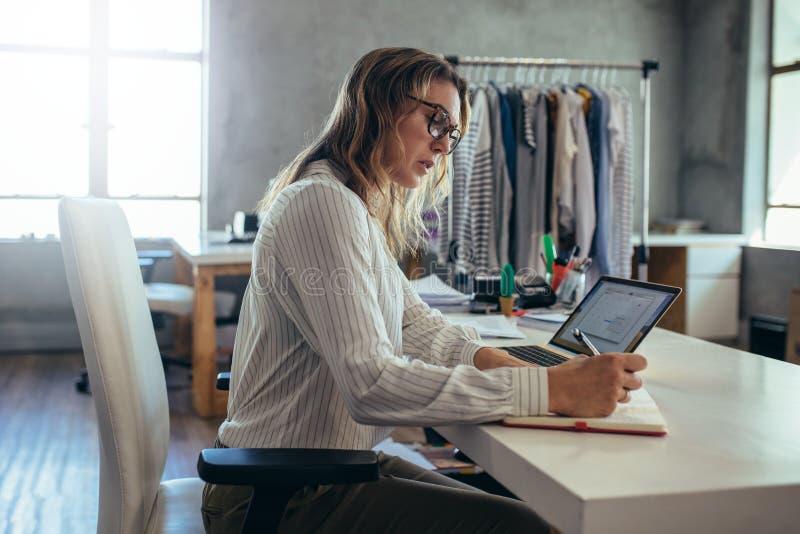 Femme prenant l'ordre en ligne photos libres de droits