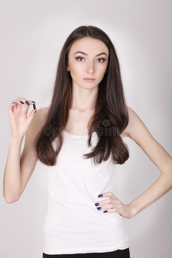 Femme prenant la médecine Belle fille avec le paquet de pilule avec des pilules photographie stock libre de droits