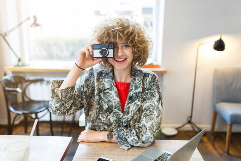 Femme prenant la photo avec l'appareil-photo de cru photos libres de droits