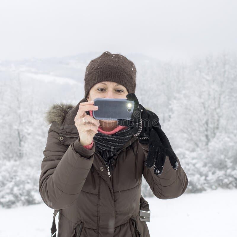 Femme prenant la photo avec le smartphone photos stock