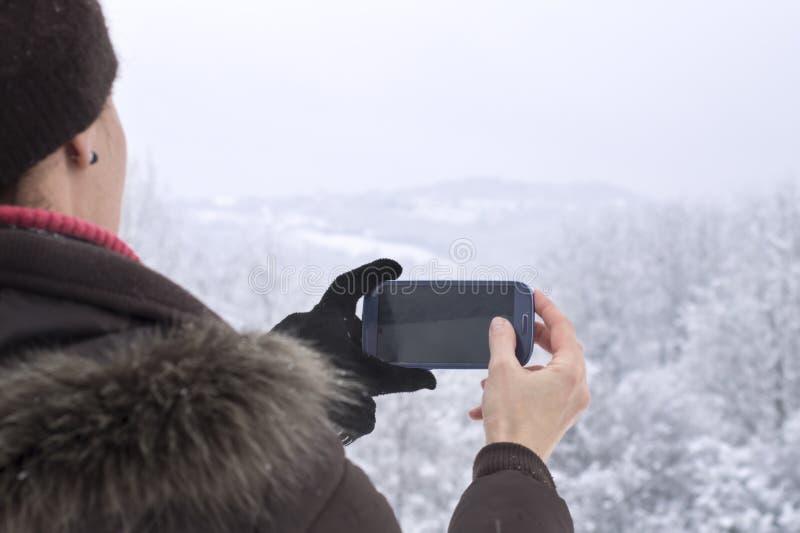 Femme prenant la photo avec le smartphone photos libres de droits