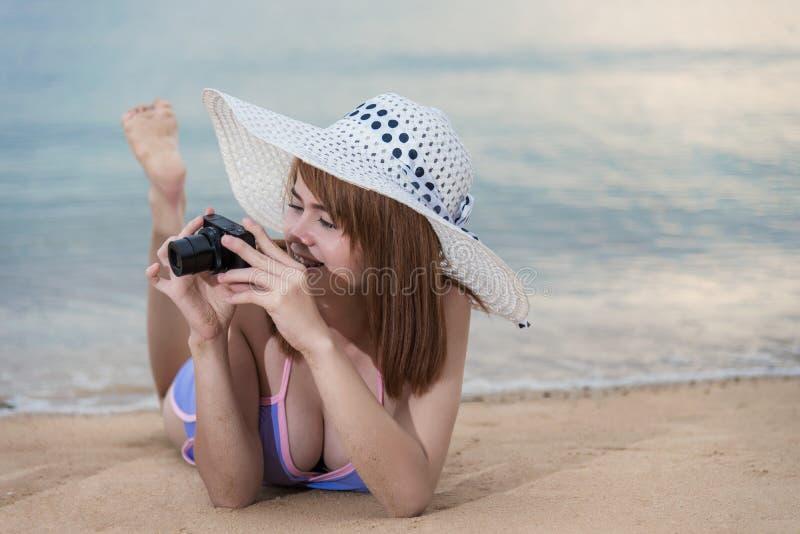 Femme prenant la photo de photo avec l'appareil-photo photos stock