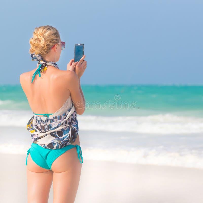 Download Femme Prenant La Photo Sur La Plage Image stock - Image du lifestyle, bleu: 56485681