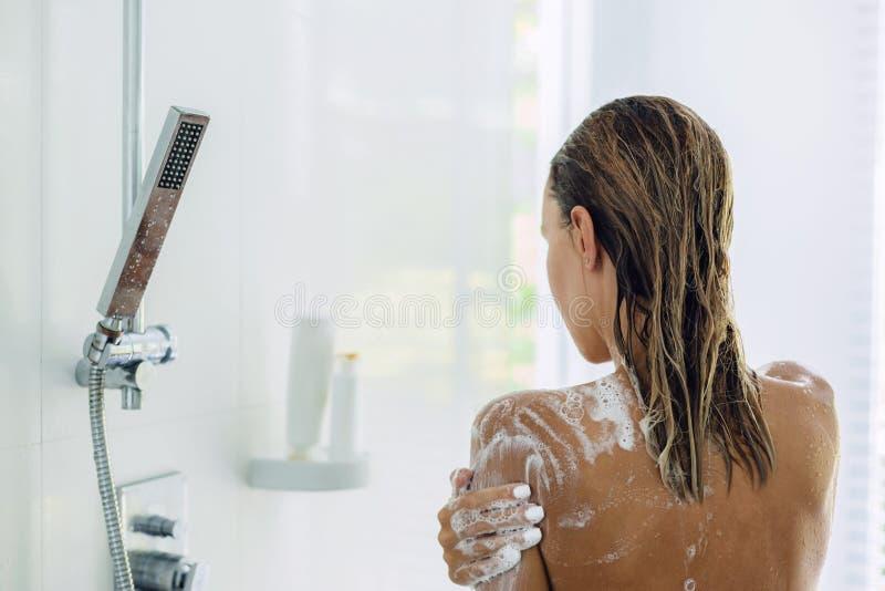 Femme prenant la salle de bains pendant le matin photo stock
