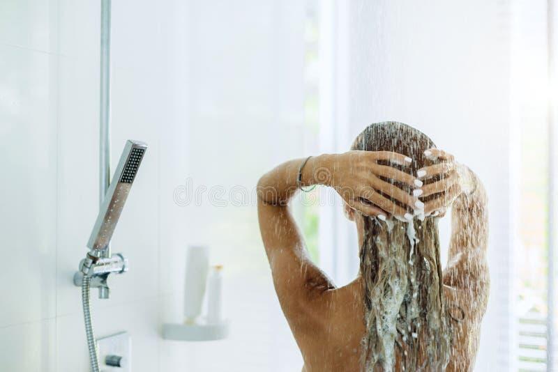 Femme prenant la salle de bains pendant le matin images libres de droits