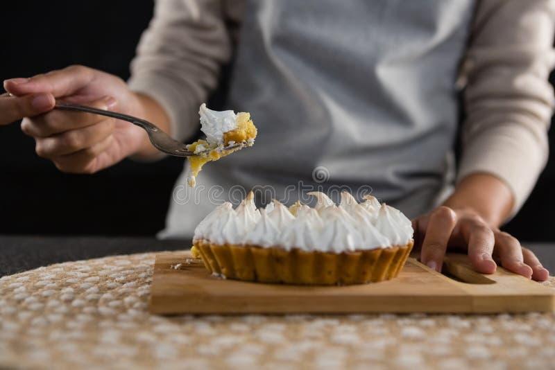 Femme prenant la tarte avec une fourchette photo libre de droits