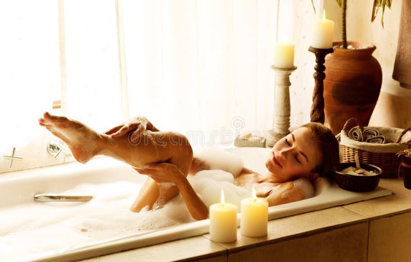 Femme prenant le bain images libres de droits