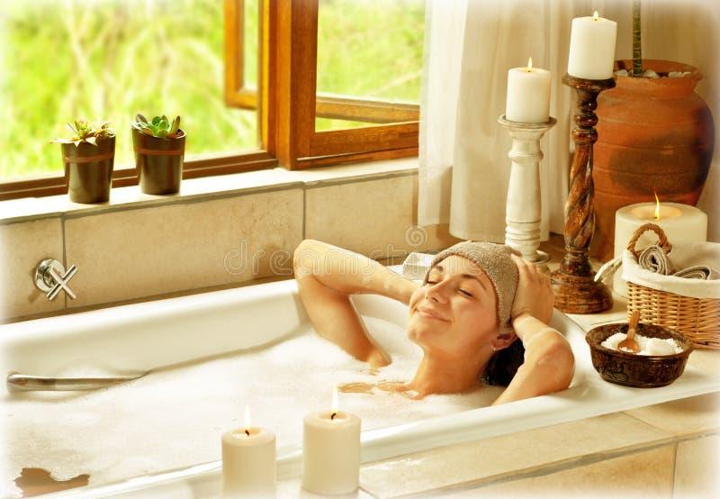Femme prenant le bain photos libres de droits