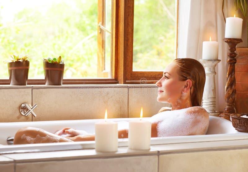 Femme prenant le bain image stock