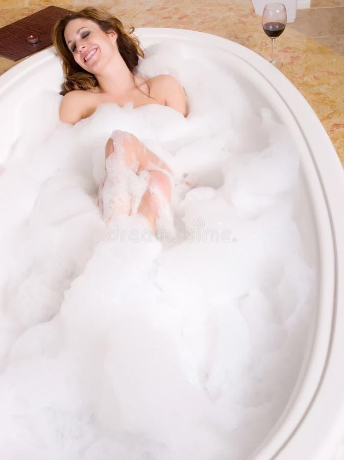 Femme prenant le bain de bulle photo libre de droits