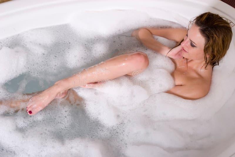 Femme prenant le bain de bulle image libre de droits