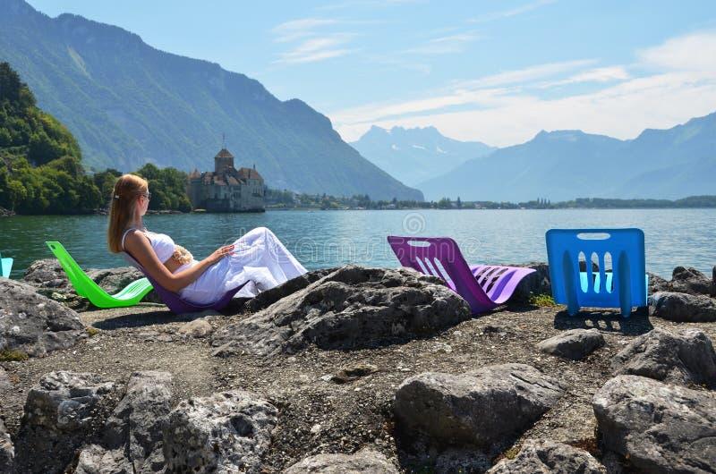 Femme prenant le bain de soleil au lac geneva, Suisse image stock