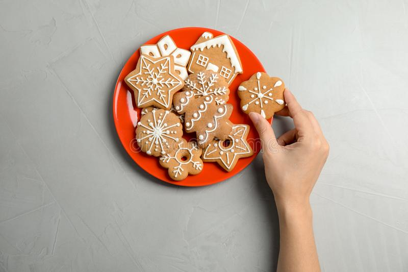 Femme prenant le biscuit fait maison savoureux de Noël du plat photographie stock libre de droits